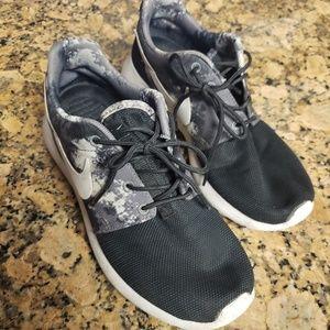 Nike Roshe Size 7 Black Camo